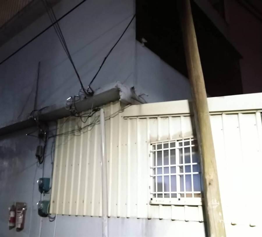 新竹縣市2條供電饋線被強風吹斷,造成6千多戶停電,台電派員搶修到深夜11點仍有1千戶停電。(讀者提供/羅浚濱新竹傳真)