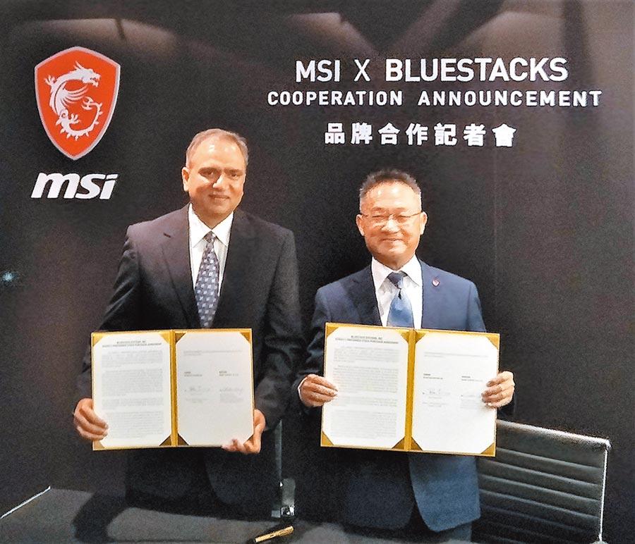 微星總經理暨執行長江勝昌(右)、BlueStacks執行長Rosen Sharma在合作結盟的簽約儀式中合影。圖/黃志偉