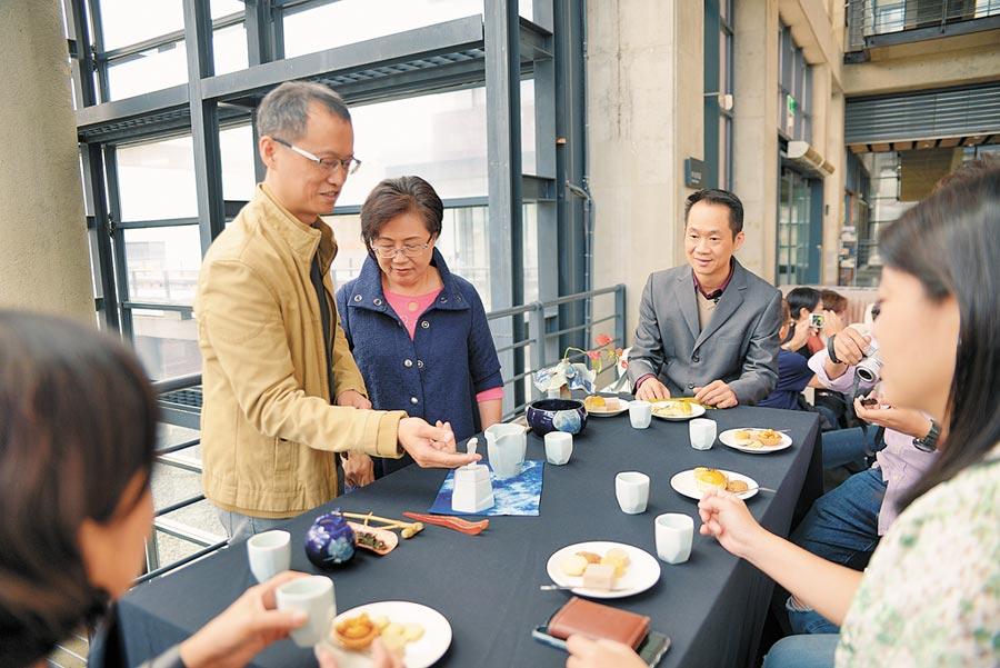 由獲得多屆金壺獎的陶藝家卓銘順(左二)設計的茶具組《茶山雲舞茶具組》20日在陶博館首次亮相,結合鶯歌陶瓷、坪林茶、三峽藍染等地方特色。(許哲瑗攝)
