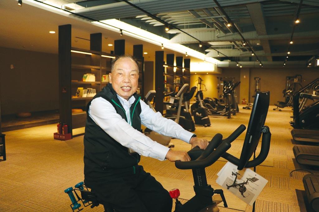 力山董事長王坤復,親自試騎由公司代工生產北美某家大客戶暢銷熱賣的健身車。圖/劉朱松