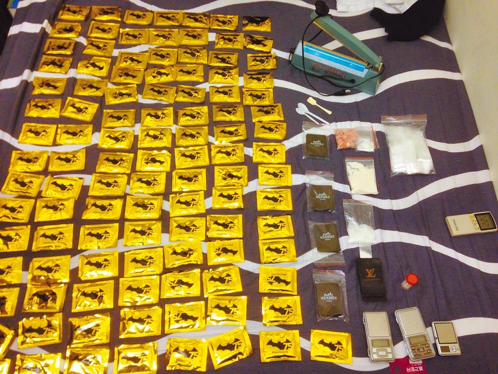 販毒集團以卡西酮等原料分裝於印製「蝙蝠俠」、「愛馬仕」商標封面包裝內,偽裝成咖啡包。(張妍溱翻攝)