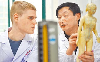 中醫院校遭除名 輿論指西方歧視