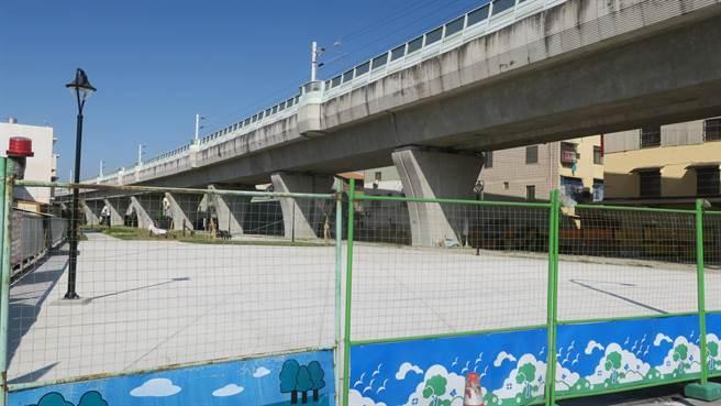 員林市鐵路高架化5年,員林火車站北側靜修路至莒光路段的橋下空間綠美化工程近日完工,將於年底前正式拆除圍籬開放民眾走進。(謝瓊雲攝)