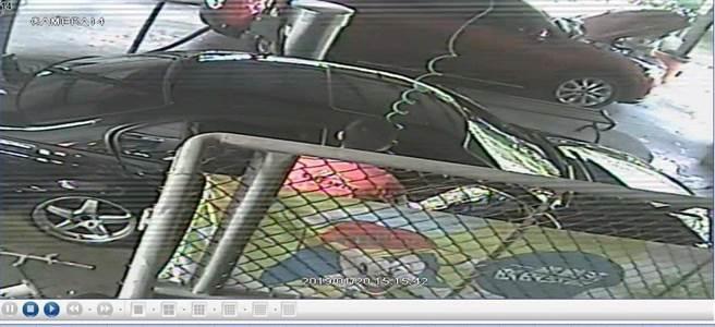 鄺姓男子遭控帶3歲女兒到左營區某加油站洗車,使用空氣噴槍清潔時,不慎害女兒遭高壓氣體灌入體內死亡。(翻攝照片/林雅惠傳真)