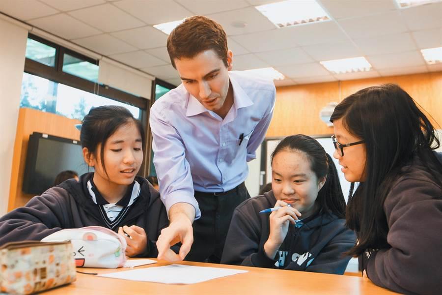 韓國瑜力推雙語教育,提升台灣競爭力。圖為復興中學國一到國三生上英文課。(林后駿攝)