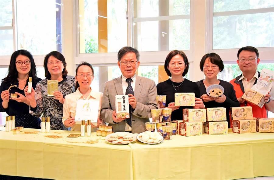 屏科大土木系教授王裕民(中)與農園系及生物科技系組成跨領域研究團隊,將發芽玄米研發保養品及發芽玄米餅等產品。(潘建志攝)