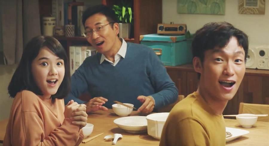 洪義(右)近日被台灣食品相中連拍6篇廣告。艾迪昇傳播提供