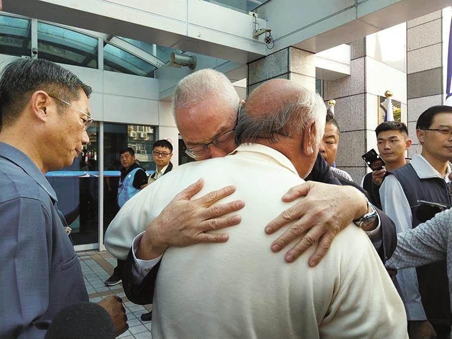 吳敦義抱著支持者痛哭。(圖/本報系資料照)