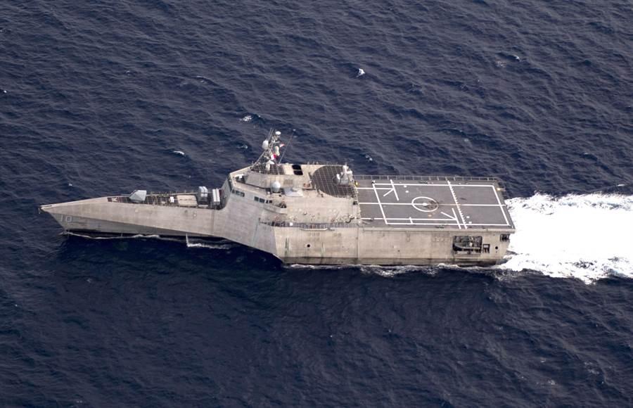 美國獨立級濱海戰鬥艦「嘉貝麗吉佛絲」號(USS Gabrielle Giffords, LCS 10)11月18日穿越南海的畫面。(美國海軍)