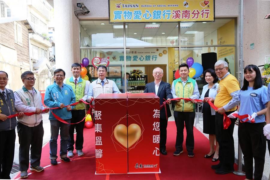 台南市第二家實物愛心銀行溪南分行昨天在中西區熱鬧開幕,左五為市長黃偉哲。(曹婷婷攝)