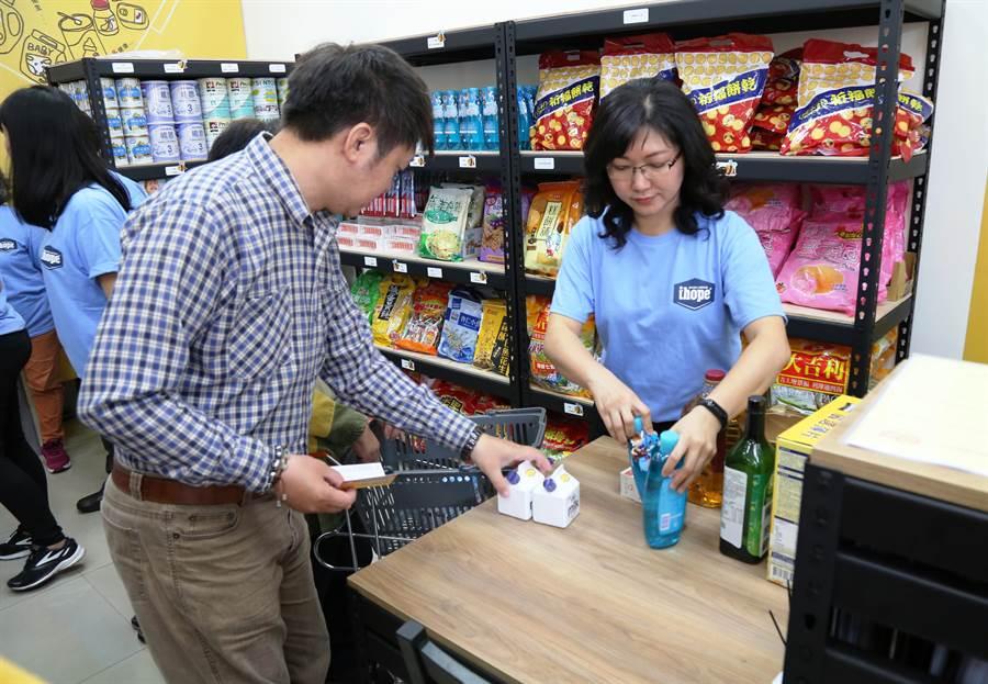 台南市第二家實物愛心銀行溪南分行昨天開幕,符合資格的民眾前往換物資。(曹婷婷攝)