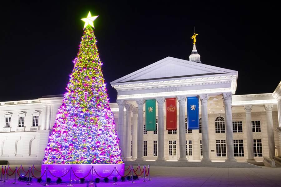 奇美博物館在繆思廣場設置一座「幸福耶誕樹」搶先帶來耶誕氣氛。(奇美博物館提供/曹婷婷台南傳真)