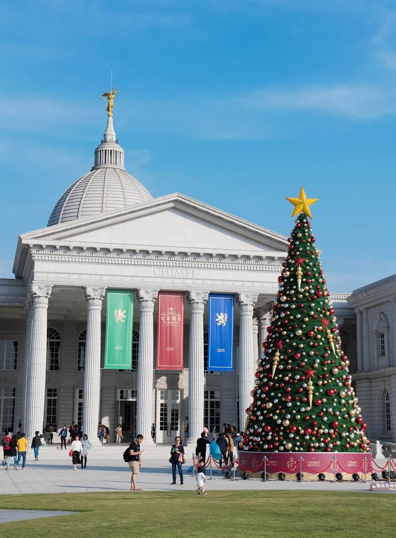 幸福耶誕樹高13公尺,以傳統綠色樹身搭配耀眼的紅色星星與金色錐形裝飾,再點綴金、銀、紅色的亮面及霧面球體,營造出熱鬧繽紛感。(奇美博物館提供/曹婷婷台南傳真)
