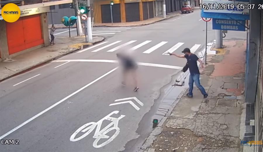 流浪女路上向男子乞討買食物,被誤以為搶劫遭開槍擊斃。(圖/擷取自YouTube畫面)