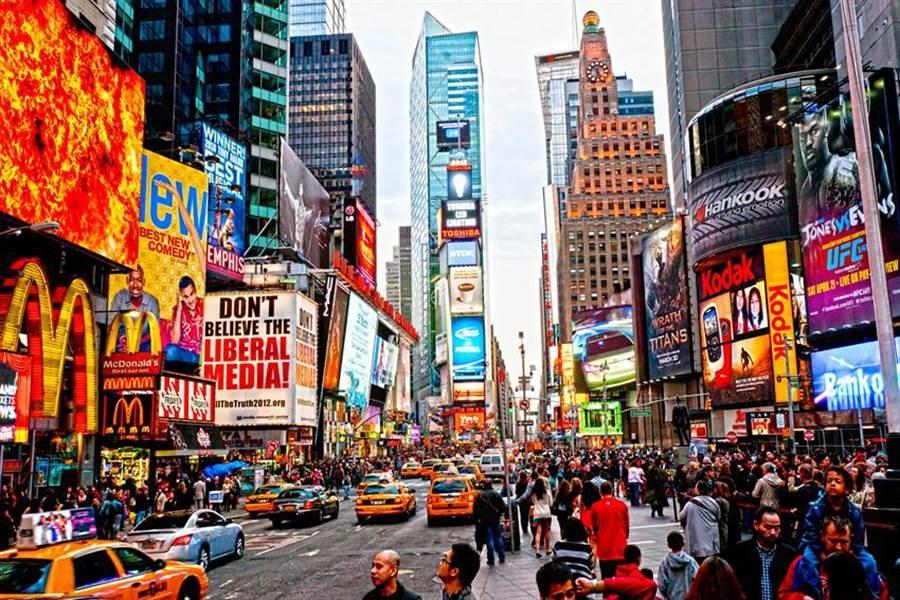 水晶球跨年倒數的美國紐約時代廣場,智崴首度搶進,與在地企業合資設立飛行劇院,明年將開幕營運。(圖:顏瑞田)