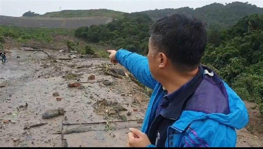 基隆豪雨不斷,月眉土資場管制站貨櫃、地磅站都被滑落土石沖走。(許家寧翻攝)