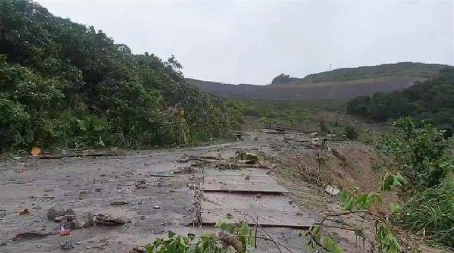 土資場封閉廠內道路,進行改善滯洪工程約1個月。(許家寧翻攝)