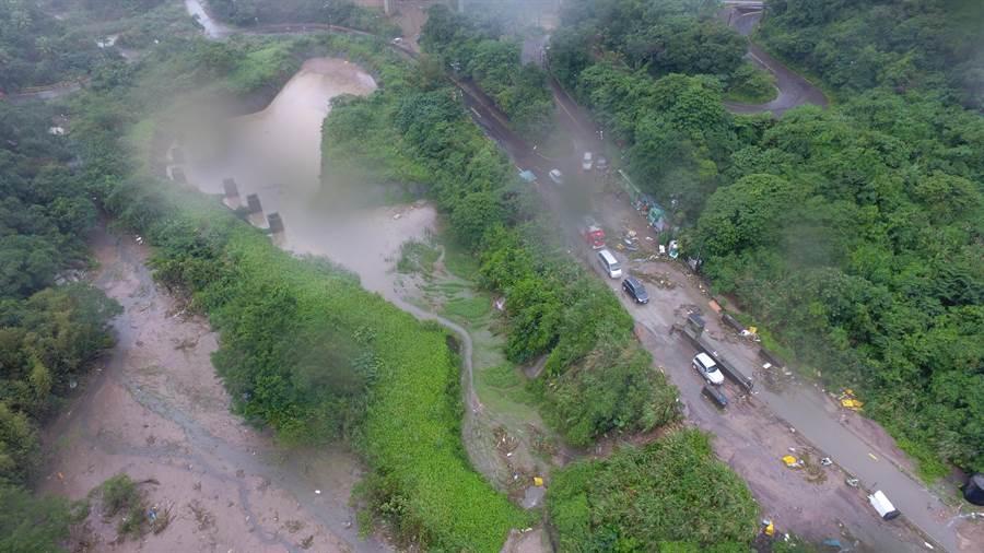 基隆月眉土資場邊坡土石滑落,造成場內道路受阻。(基隆市府提供/許家寧基隆傳真)