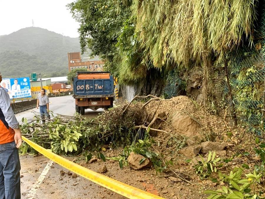 基隆七堵豪雨不斷,多處道路傳出泥石擋路災情。(宋瑋莉提供/許家寧基隆傳真)