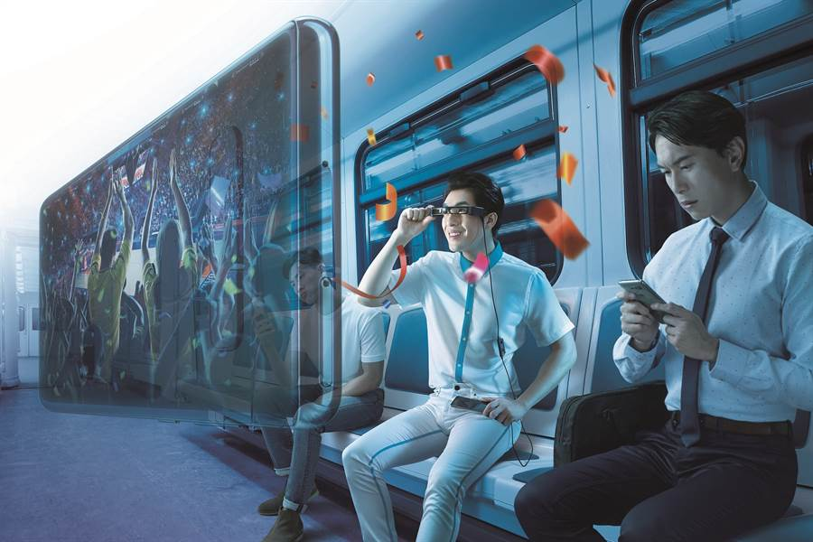 中華電信為與Epson合作,獨家上市首支專為個人影音使用設計,搭配手機的AR智慧眼鏡—Epson「次視代 智慧眼鏡」Moverio BT-30C。(Epson提供/黃慧雯台北傳真)