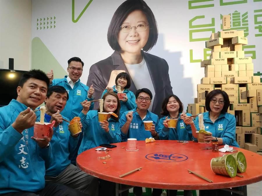 蔡英文總統連任高雄市競選總部22日公布募資計畫,推出3種口味的沖泡米粉「英粉」。(曹明正攝)