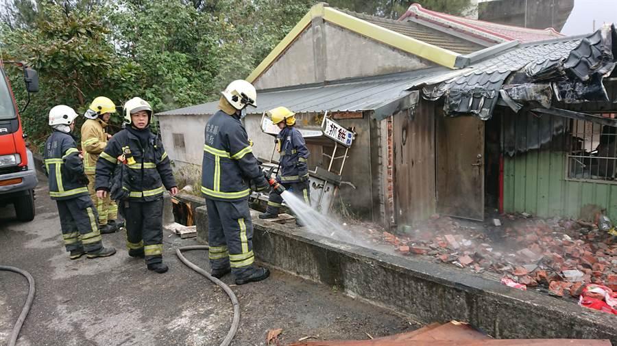 民燒廢棄木材延燒祖厝,消防人員急赴救援。(翻攝照片/巫靜婷苗栗傳真)