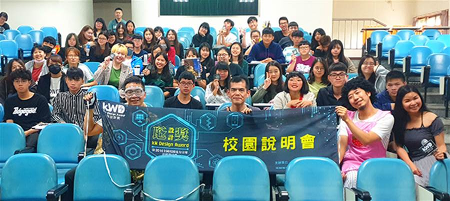 長榮大學大眾傳播系吳裕勝老師表示師生參與瓩設計獎校園說明會活動。(戴有良攝)