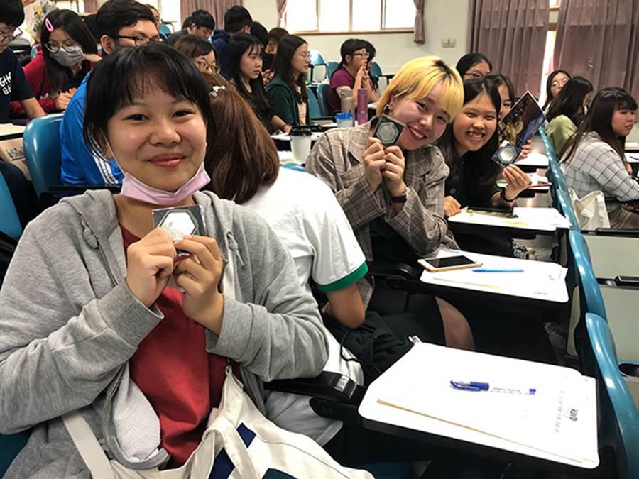 長榮大學學生開心獲得文創書籤及紀念品。(黃帥傑攝)