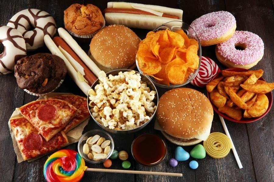 心血管疾病和飲食習慣密不可分,長期攝取高鹽高糖,也會增加血液黏稠度。(示意圖/達志影像)
