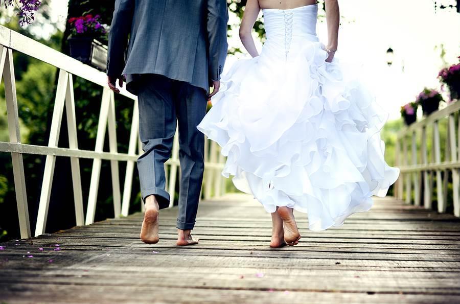 新郎不滿新郎娘結婚當天突提出「9萬下車費」,當下怒罵「滾回去」,自此佳人變路人。(示意圖/達志影像)