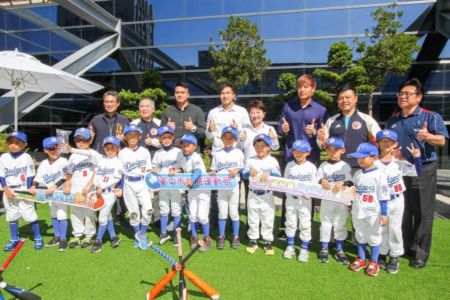大聯盟旅美球星22日與「小道奇幼兒棒球隊」小球員粉絲見面,不藏私分享投球撇步。(盧金足攝)