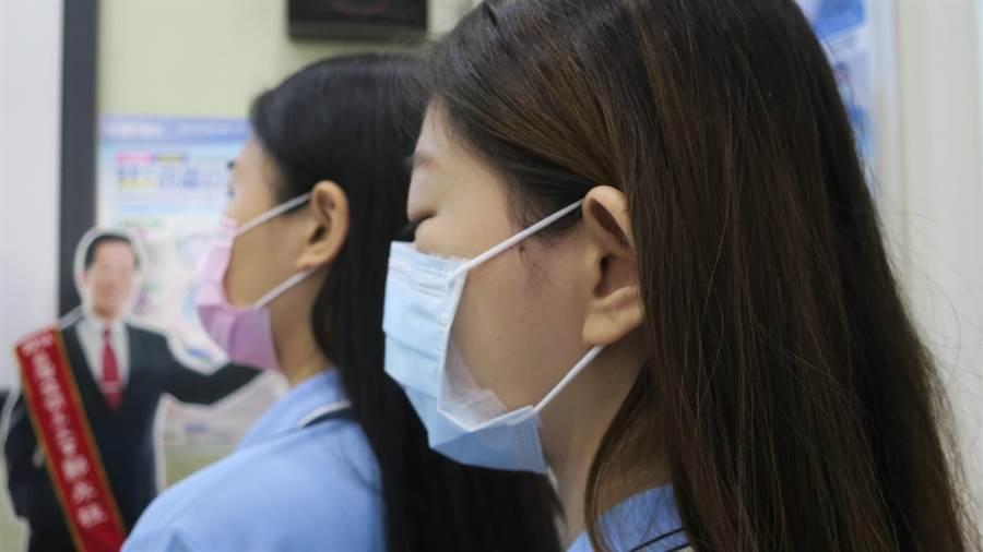 今年研發改良推出的新氣密防護口罩,以側翼薄膜技術讓口罩側邊更貼合臉頰,讓髒空氣、異味不再從側邊吸入。(謝瓊雲攝)
