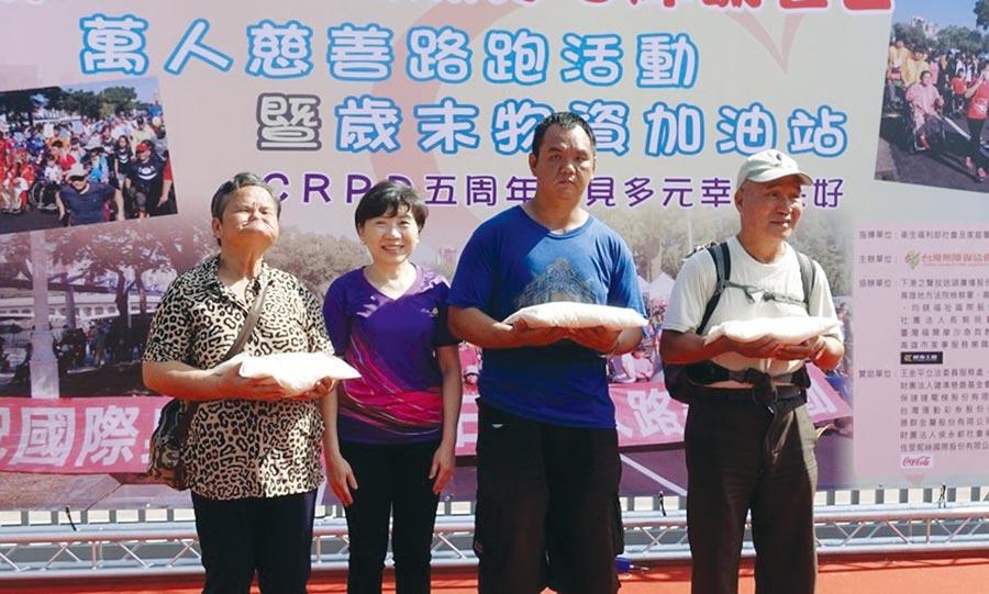 兆豐銀行贊助身心障礙慈善路跑活動,由副總經理陳昭蓉(左二)致贈白米予身心障礙者代表。圖/兆豐銀行提供