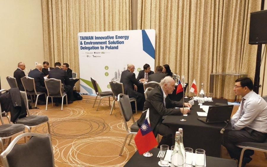 綠辦帶領訪問團在華沙安排一對一貿易洽談會,兩國業者反應熱烈。圖/綠辦提供