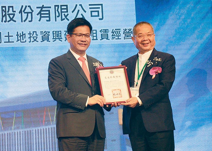交通部長林佳龍(左)頒贈表揚狀予龍德造船工業公司董事長黃守真(右),肯定其投資貢獻。圖╱陳宗慶