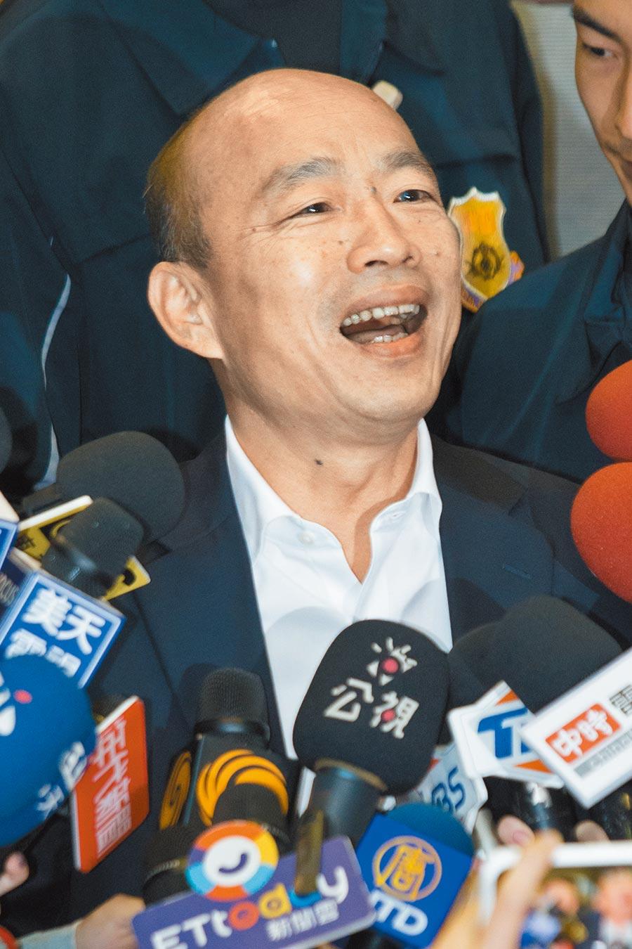 韓國瑜推動雙語政策,建議從小一開始教英文,直言「下一代如果無法雙母語,我們的競爭會吃大虧」。(杜宜諳攝)
