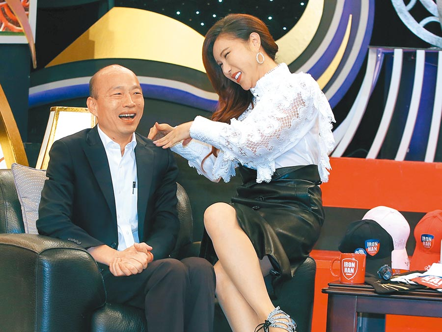 韓國瑜21日到中天參加《麻辣天后傳》綠影,主持人利菁談到與韓的對談,笑說根本是個綜藝魂。(粘耿豪攝)