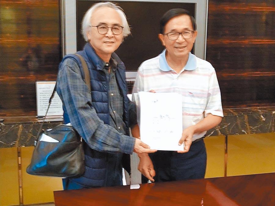 陳水扁在家簽下一邊一國行動黨不分區立委候選人同意書。(一邊一國行動黨提供/袁庭堯高雄傳真)