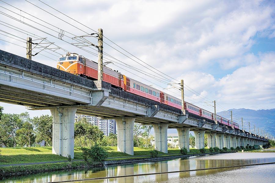 交通部欲以軌道建設帶動地方發展,學者憂債留子孫。圖為鐵路高架宜蘭市校舍路至蘭陽溪段。(本報資料照片)