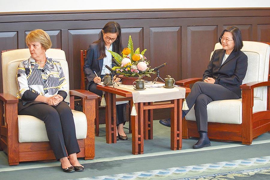 蔡英文總統11日在總統府接見美國外交政策全國委員會訪問團。(取自總統府網站)