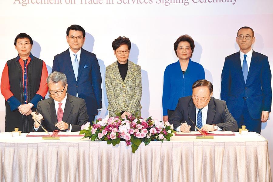 香港財政司司長陳茂波與大陸商務部副部長王炳南21日簽署《〈內地與香港關於建立更緊密經貿關係的安排〉服務貿易協議》(CEPA)的修訂協議。(中新社)
