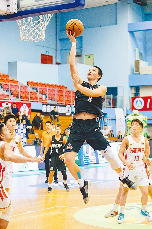 泰山高中陳禹劭(前)上籃得分,他來自運動世家,父親是高中橄欖球校隊,姊姊陳昱潔是南山高中女籃球員。(郭吉銓攝)