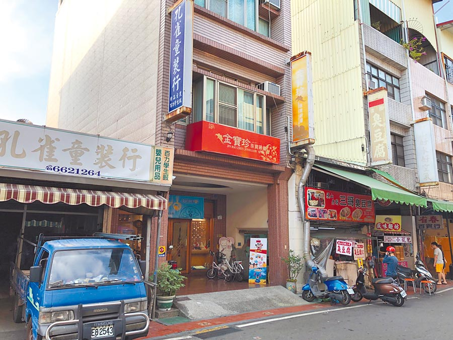 高雄市旗山區金寶珍銀樓已經是百年歷史的老店。(林雅惠攝)