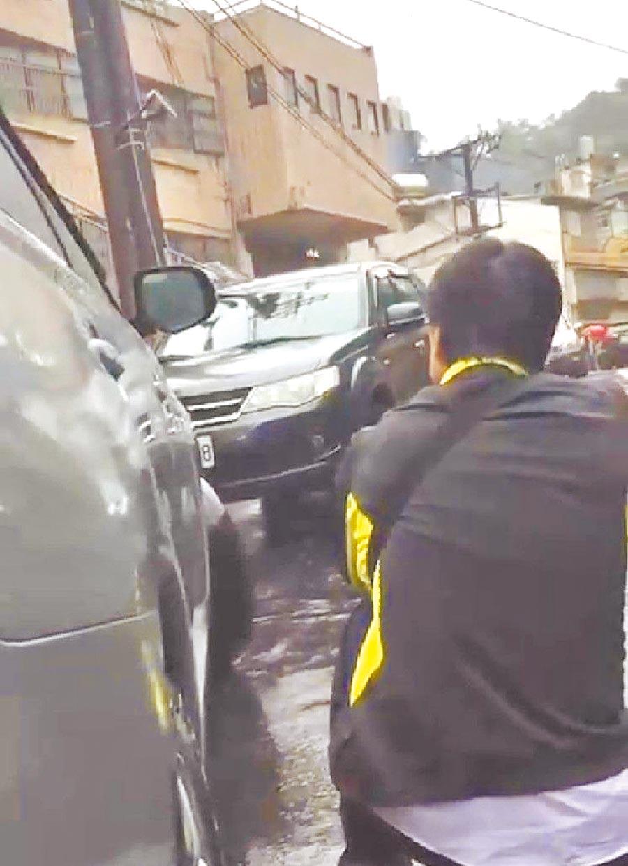 陳男拒捕衝撞員警,警匪雙方駁火20幾槍。(翻攝照片/許家寧基隆傳真)