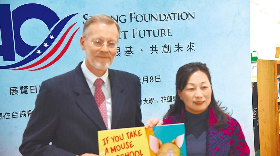 AIT貼心準備68本圖書,贈給花蓮文化局圖書館。(王昱凱攝)