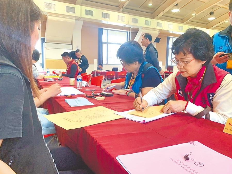 國民黨新北市第二選區立委參選人黃桂蘭21日完成登記。(王揚傑)