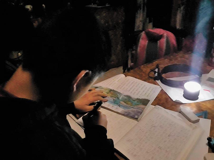 復興區三民里近日又突然停電,讓小朋友放學只能摸黑寫作業。(民眾提供/邱立雅桃園傳真)