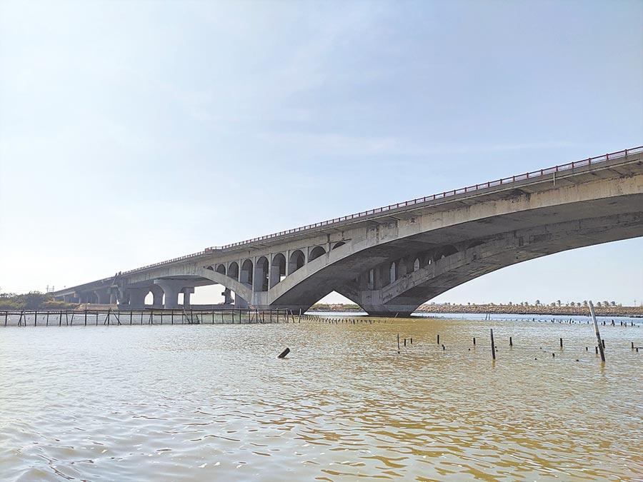台61線西濱快速道路七股到十份交流道段,獲得2019全球道路成就獎的環境減輕類首獎肯定,七股溪橋還曾被網友選為「公路八景之一」。(莊曜聰攝)