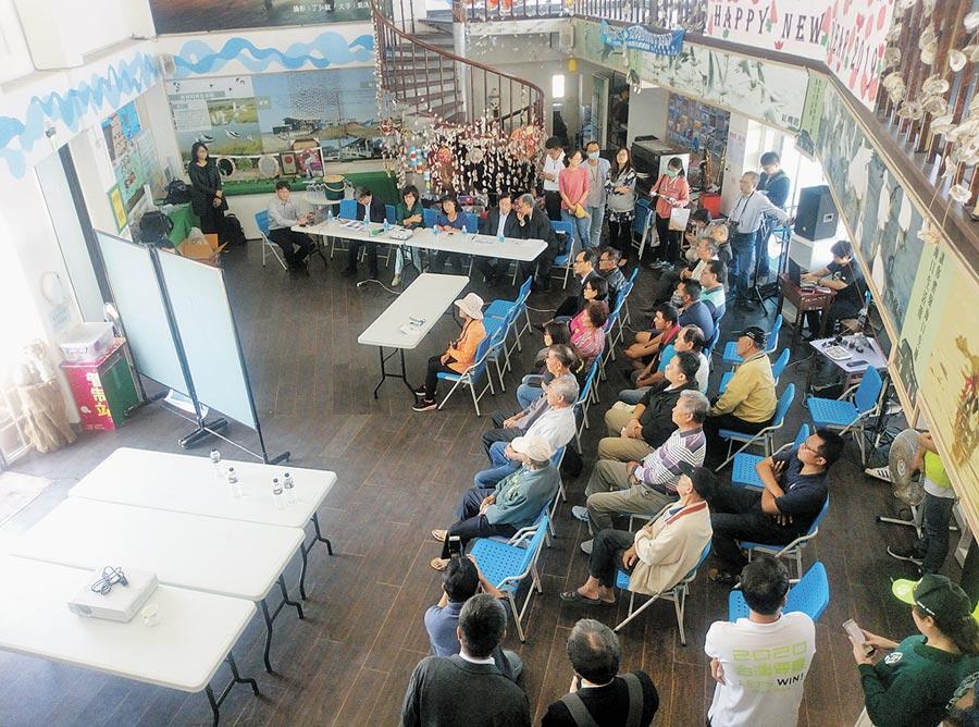 立法院經濟委員會21日至雲林考察,商討台西新興區綠能區開發的未來性,不少鄉親一同關心。(許素惠攝)