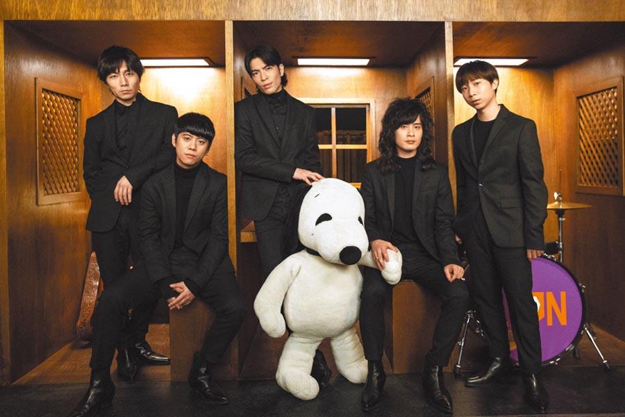 老蕭(左三)率獅子團員拍攝新歌MV。(華納提供)